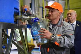 Главный инженер Михаил ГЕУТ демонстрирует производственный процесс. Фото – Алина САБИТОВА, РИА «Сахалин – Курилы»