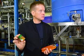 В руках генерального директора «Технологического оборудования» Олега КОМАРОВА рыбий жир с запуска предприятия и образец финальной стадии производства – капсулированный рыбий жир «Чистый остров». Фото – Алина САБИТОВА, РИА «Сахалин – Курилы»